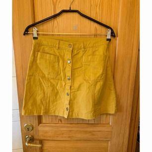 Senaps gul kjol ifrån Monki ✨  Köparen betalar för frakt! 📮