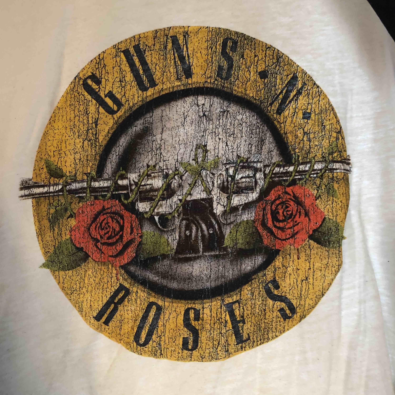 Långärmad T-shirt från hm. Välanvänd men inga slitningar. 3 kvarts långa ärmar. Väldigt mjuk och skönt material. . T-shirts.