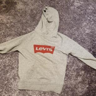 Äkta Levi's hoodie, banden saknas tyvärr, storlek SX men passar S också.