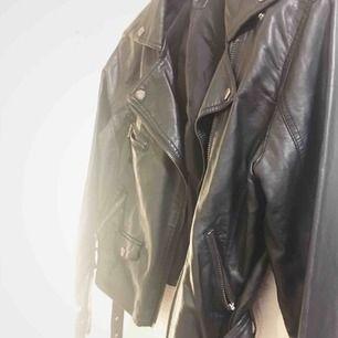 Supersnygg läderjacka (OBS fejk läder!) Använd ett fåtal ggr.