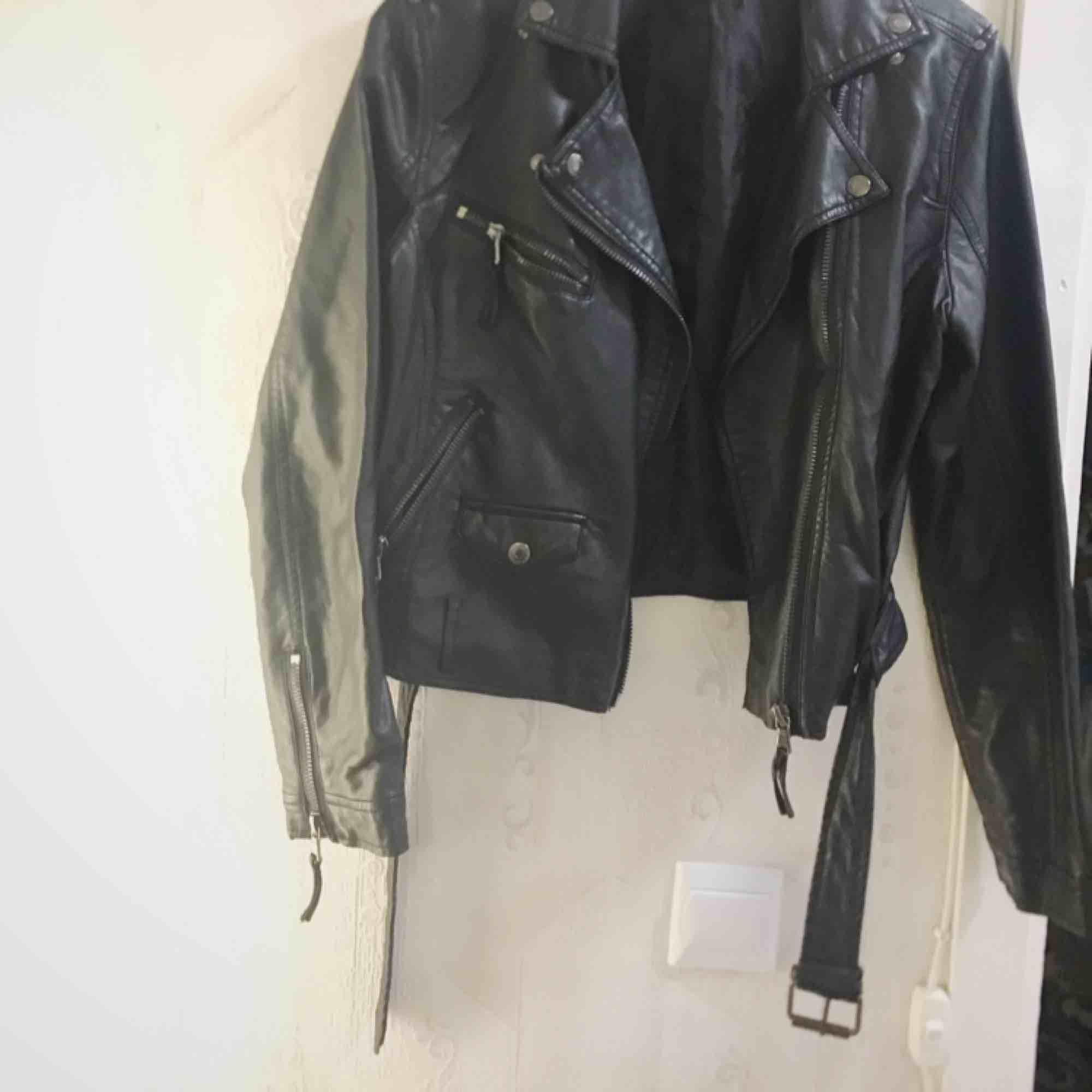Supersnygg läderjacka (OBS fejk läder!) Använd ett fåtal ggr. . Jackor.