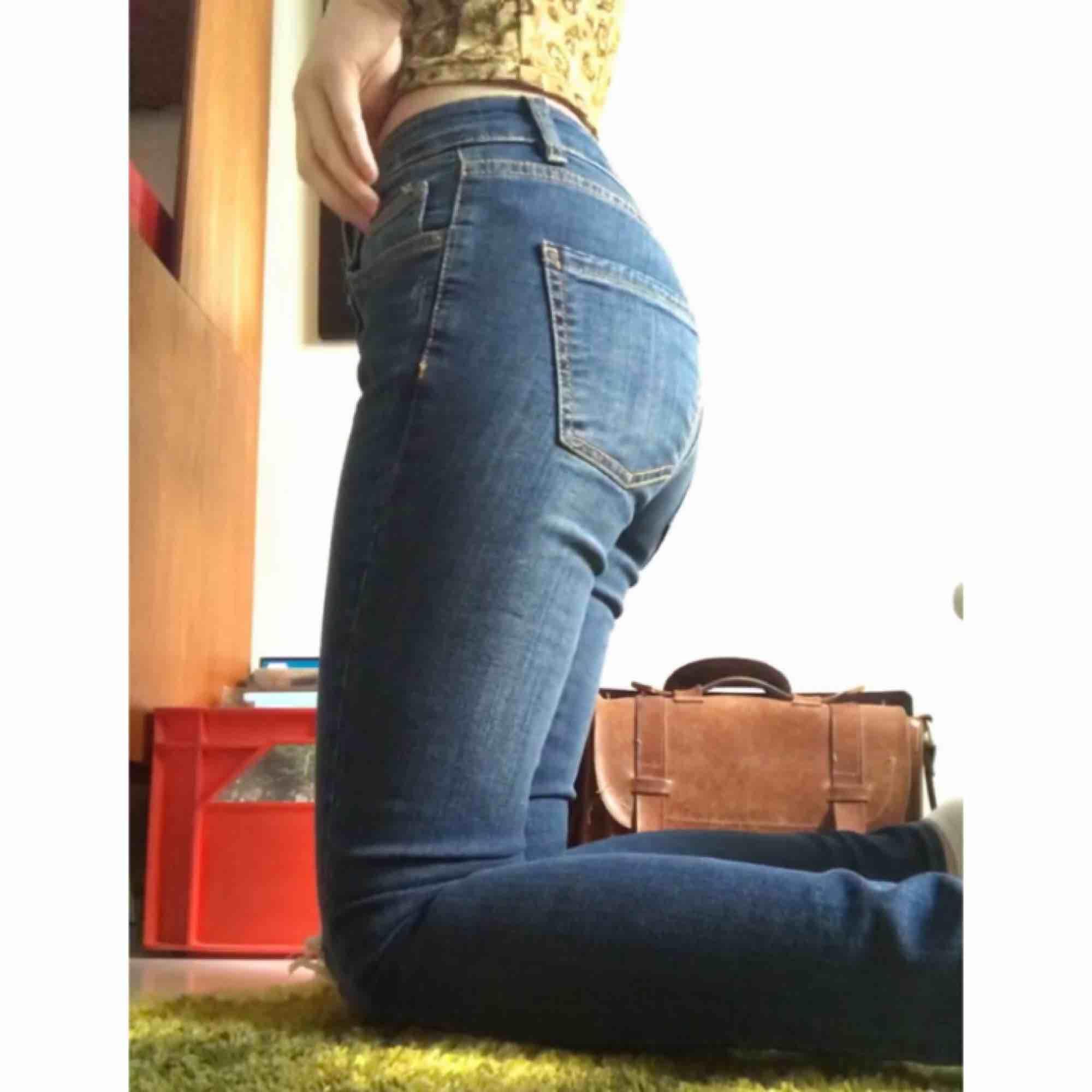 Superfina jeans som jag bara fått användning för 1 gång, köpta secondhand så är osäker på märke. Borde passa dig om du är XS-S, lite lösa på mig som har XS Kan mötas i Norrköping eller Linköping annars står köpare för frakt!<3. Jeans & Byxor.