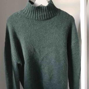 Stilren och elegant polotröja i grönt. Använd endast en gång! Snygg till hösten men svarta jeans!