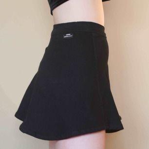 Kjol köpt för 500 kr, klockad och lite längre bak än fram. Är för kort för mig så skulle rekommendera att man är lite kortare ca 170 eller liknande.