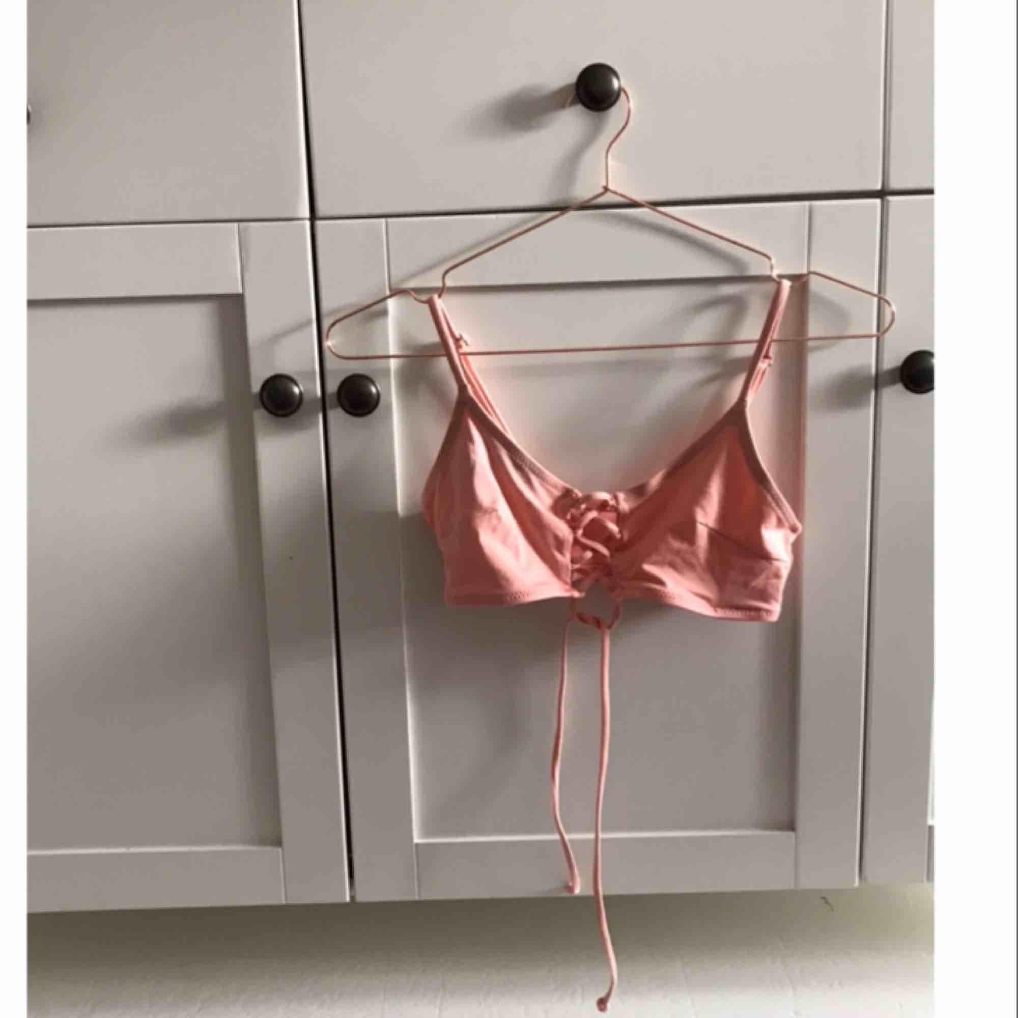 bikinitopp i bra skick, knappt använd eftersom den är för liten för mig. Borde passa en XS-S. Möts upp i Norrköping och Linköping annars står köpare för frakt!<3 Skriv för fler bilder. Övrigt.