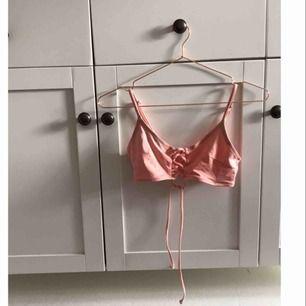 bikinitopp i bra skick, knappt använd eftersom den är för liten för mig. Borde passa en XS-S. Möts upp i Norrköping och Linköping annars står köpare för frakt!<3 Skriv för fler bilder