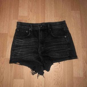 """Shorts köpte förra sommaren (2018) på JC och är från deras egna märke Crocker. Shortsen är använda få gånger och i fint skick. De är svarta med gråa """"blekingar"""", högmidajde och rätt korta. Skulle beskriva dem som xs/s"""