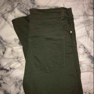 Gröna jeans som knappt är använda. Tycker dom är riktigt snygga men kommer tyvärr inte till användning