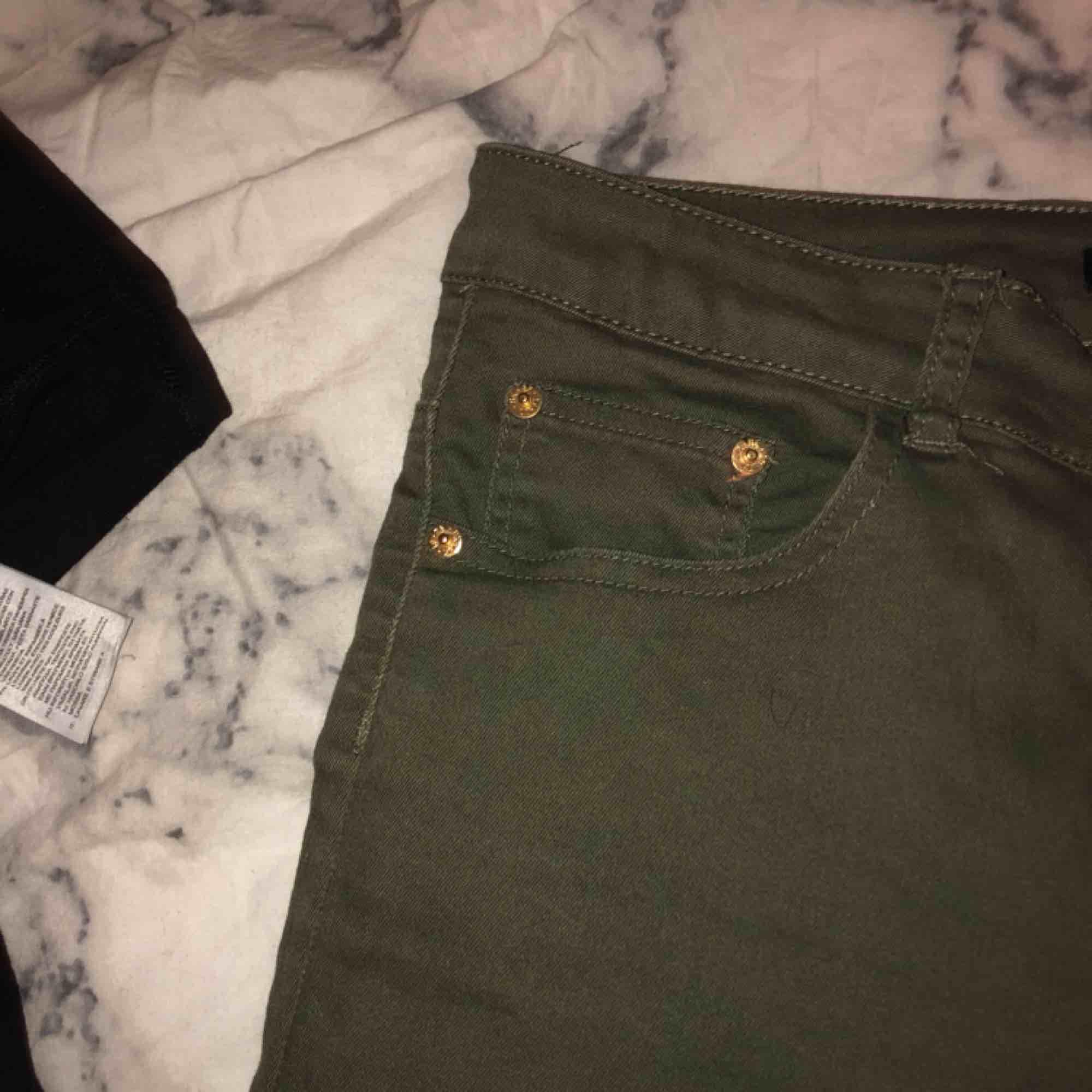Gröna jeans som knappt är använda. Tycker dom är riktigt snygga men kommer tyvärr inte till användning. Jeans & Byxor.