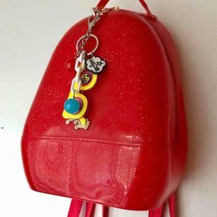 Sockersöt jellybag med 90's vibe från Jelly Jolly London. Knappt använd, men så fin & glittrig! Kommer med nyckelringen på. Möts i Sthlm eller postar mot porto!