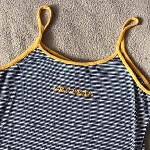 Klänning från the ragged priest med gul text. Sparsamt använd och väldigt bekväm ♡  Möts i stockholm eller postar mot porto!