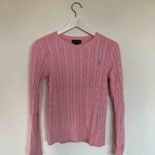 En fin rosa kabelstickad tröja från Ralph Lauren i väldigt gott skick och använd bara ett fåtal gånger. Inga fläckar eller tecken på användning, så gott som ny. Från barnavdelning på NK storlek XL(16)🌸