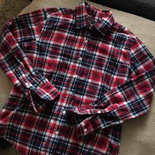 Superfin flanellskjorta med rosor baktill. Knappt använd, lika snygg på som runt midjan!! Postar mot porto eller möts i stockholm ♡