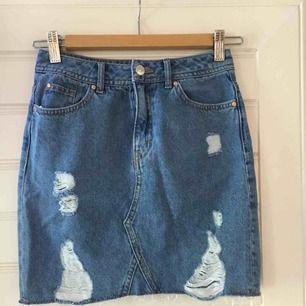 En jeanskjol från H&M som är i storleken 32. Kjolen är aldrig använd då den är för liten för mig. Köparen står för frakten.
