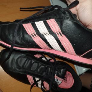 Grymt snygga Adidas skor. Aldrig använda, stl 38. Billigare vid snabb affär.  Finns vid Vårvindsgatan. Ska dom skickas betalar köparen frakt.