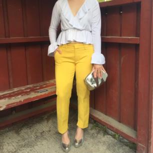 Snygga gula kostymbyxor ifrån Zara! Endast använda ett tillfälle på studentmiddagen🌼  Passar definitivt en M bättre än en L(märkta L). Ursäkta mörka bild2-endast för att visa hur baksidan av byxan ser ut-vanliga raka kostymfickor. FRI FRAKT!