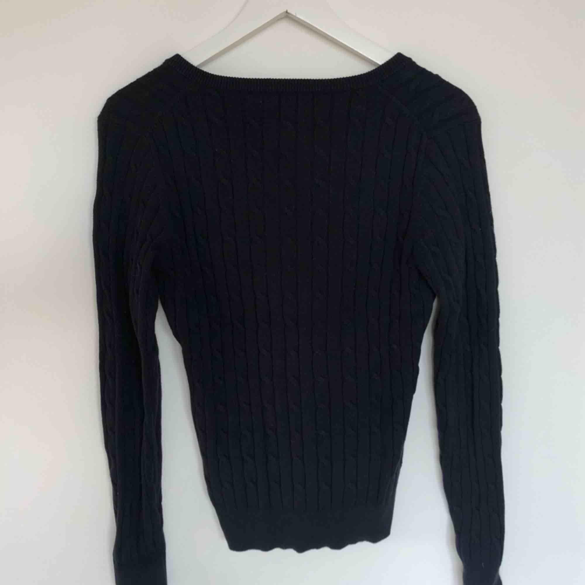 En marinblå kabelstickad tröja från Gant, storlek S. Är i väldigt bra skick!. Stickat.