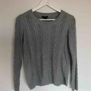 En kabelstickad tröja från Lindex, storlek M.