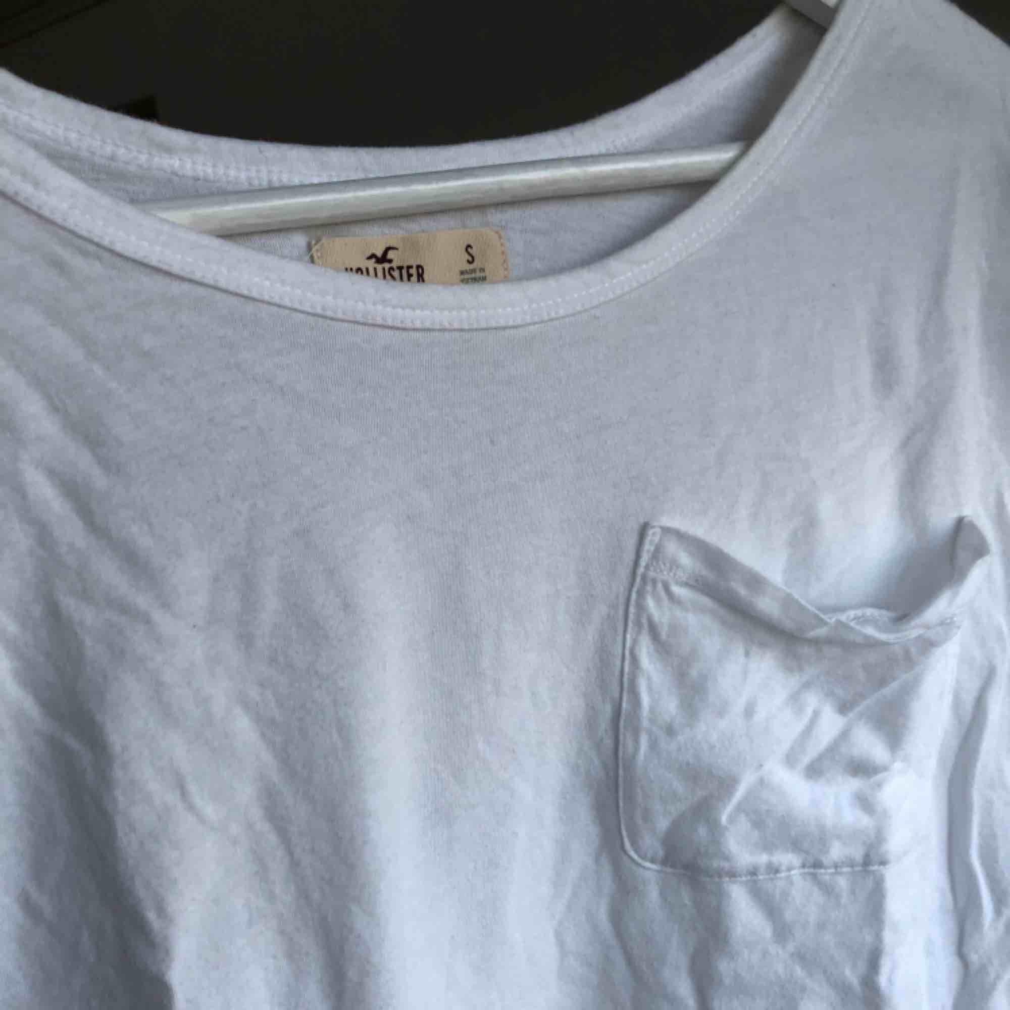 En vit skön magtröja från Hollister. . T-shirts.