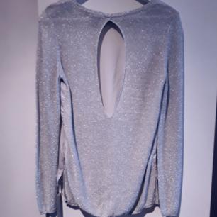 Ursöt tröja/blus med silkigt material fram och glittrigt bak, plus öppen rygg😍  FRI FRAKT
