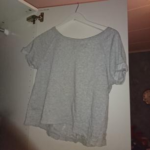 Jätte fin gå t-shirt. Med spetsrygg. Möts upp i stockholm, annars står köparenför frakten.