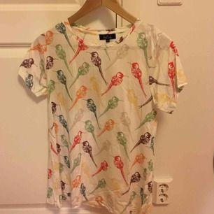T-shirt från Holy Sally med fåglar på. Aldrig använd. Inköpt för 250kr.