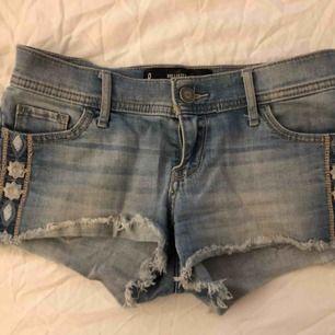 Korta shorts från Hollister i strl 24. Skulle säga att de är en XS