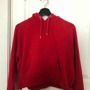 Lätt, croppad hoodie från H&M, knappt använd💕 Supermysig på sommarn✨ Kan mötas upp i Uppsala!! Kontakta gärna för fler bilder