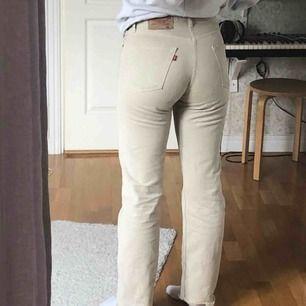 Ett par beigea Levisjeans i modellen 501👖 På lappen står det att storleken är 32 i midjan men jag har i vanliga fall 26 och de sitter jättebra i midjan på mig. Jag är för övrigt 168cm lång🦋🐥