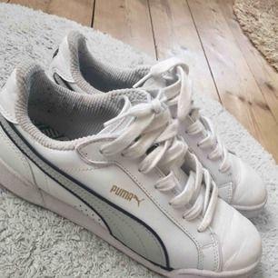 cheap for discount e7f8e f3781 Jättefina vita pumaskor, använda ett fåtal gånger. Tvättar dom rena innan  jag skickar.