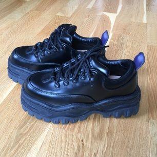 Säljer mina älskade Eytys Angel i svart läder, storlek 36. Använda max 3 gånger, som nya i skicket! Kommer med kartong och dustbag. Normala i storleken.