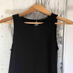 Jättefin svart långklänning från Mango