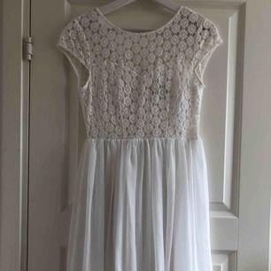 Superfin vit klänning. Använd två gånger, en gång på skolavslutning och en gång på midsommar. Är i prima skick. Kommer från Zoul Edition men köpt på MQ. Möts i Stockholm eller köpare står för frakt.