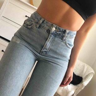 Populära Topshop MOTO Bleach Rip Mom jeans i waist 26. Hål vid knäet.   Perfekt skick och så himla fina på!! Kan fraktas mot kostnad (60 kr) 🌻  Edit: Jag är 165 cm lång! 65-67 cm i midjan! Priset är satt :)