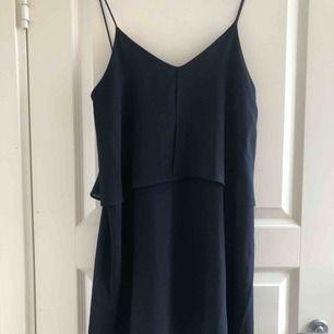 Fin, luftig, marinblå klänning med en mer sofistikerad look. Använd ett fåtal gånger och är i super skick. Kommer från Mango. Möts i Stockholm eller köpare står för frakt.