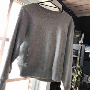 Grå sweatshirt från carlings, nypris 300kr. Den har 2 typ sömmar på magen och det är 2 små hål vid ena sömmen pga att jag försökt få bort de (se bild 3) men det är inget som syns om man inte kollar noga eller vet att de finns. Köparen står för frakt.