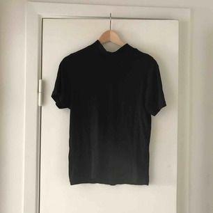 Polo t shirt från Monki, bra skick!