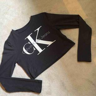 En magtröja från Calvin Klein Jeans i storleken XS. Tröjan är aldrig använd. Köparen står för frakten.