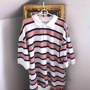 Skitsnygg tröja från Weekday. Köpt här på plick men kommer inte till användning så ofta som jag hoppats på. Väldigt oversized!!! Frakt inräknat i priset 🖤