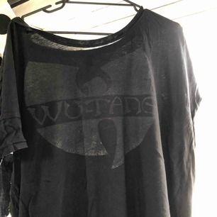 Stor och skön T-shirt från HM. Halvsuddigt grått-vitt tryck. Killmodell. Kan användas som klänning.