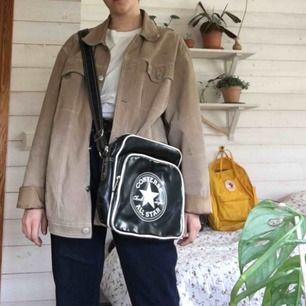 Converse väska mycket fint skick lite sliten på kanterna men de ger den bara karaktär :)