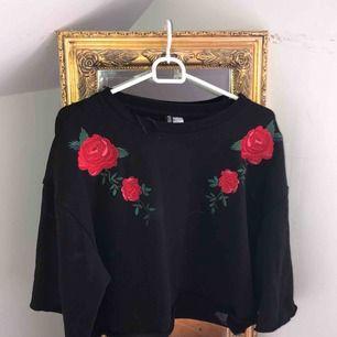 Kortare tröja från H&M med snygga detaljer. Säljer pga att den inte kommer till användning 🖤Frakt 55kr