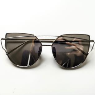 Riktigt snygga solglasögon ifrån DM Retro! Säljer då jag inte passar i glasögon tyvärr. Diskuterbart pris vid snabb affär🌹 Nypris 350kr