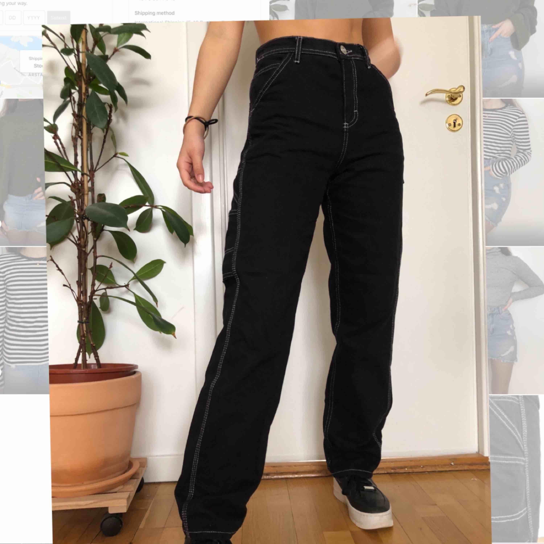 Skitsnygga utility byxor från urban outfitters, sparsamt använda, säljer då de är lite förstora på mig. Checka gärna min profil för mer snygga plagg💕. Jeans & Byxor.