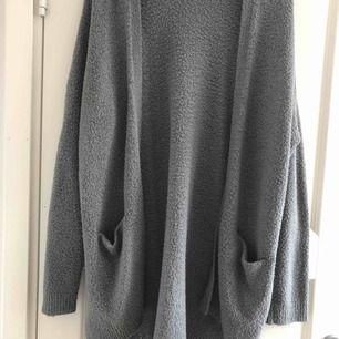 Mysig, stor, grå kofta perfekt för höstmys. Små slitsar på sidorna. Väl använd men är i super skick. Möts i Stockholm eller köpare står för frakt.