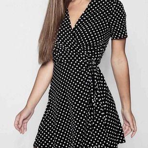 Endast använd en gång, ny polka dress med snörning!! Jättesnygg på hittar dock ingen mer användning för den🌸 från boohoo, frakt tillkommer