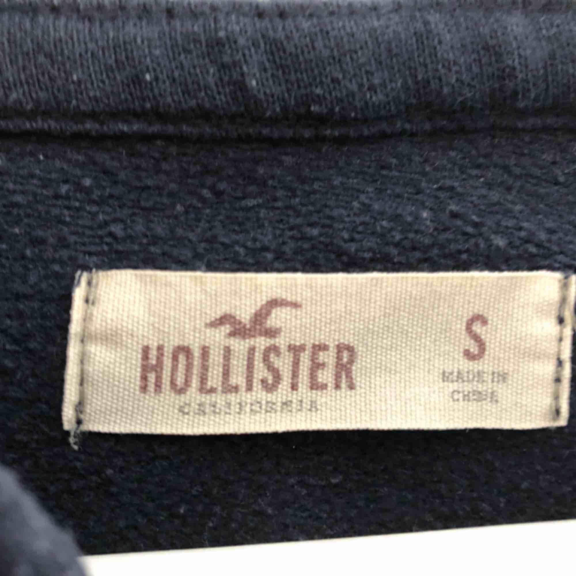 Klassisk munkjacka från Hollister. Väl använd men är inte sönder på något sätt. Möts i Stockholm eller köpare står för frakt.. Huvtröjor & Träningströjor.