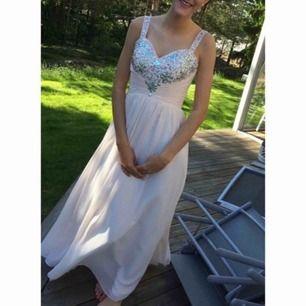 Fin klänning använd endast 1 gång. Modellen är i 178cm lång.