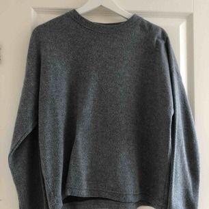 Skön, grå, varm tröja från Kappahl. Använd runt 10 gånger. Möts i Stockholm eller köpare står för frakt.