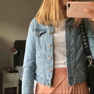 Knappt använd jeansjacka från Pull & Bear. Kortare modell. Perfekt skick.